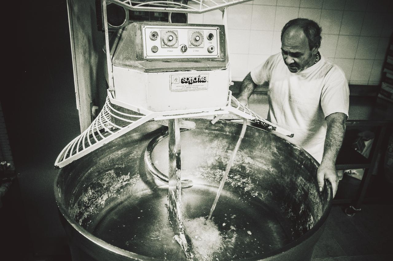 Gli ingredienti vengono inseriti nella impastatrice. L'acqua calda è il primo... per circa tre minuti l'acqua continuava ad essere riversata nella vasca.