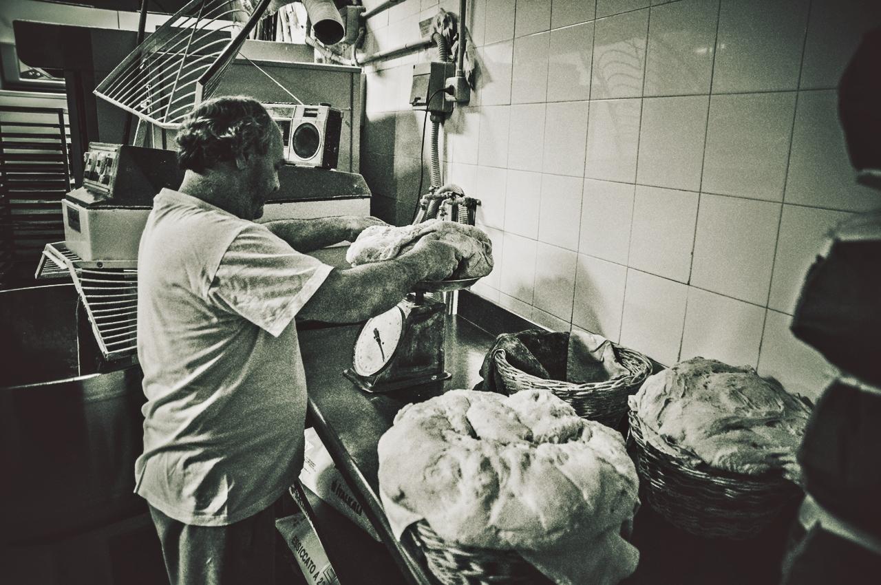 E' il momento del lievito madre. Lievitazione con metodo naturale. Né troppo né troppo poco. C'è una scienza esatta fatta di ingredienti che attraverso la loro perfetta combinazione, interagiscono tra loro dando vita al prodotto finito... il pane.