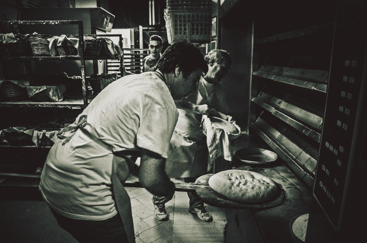 Le pagnotte una alla volta vengono tolte dai cesti della seconda lievitazione e vengono inserite nel forno (ai piani alti) come si faceva una volta, ossia con una pala di legno lunga 4 metri.