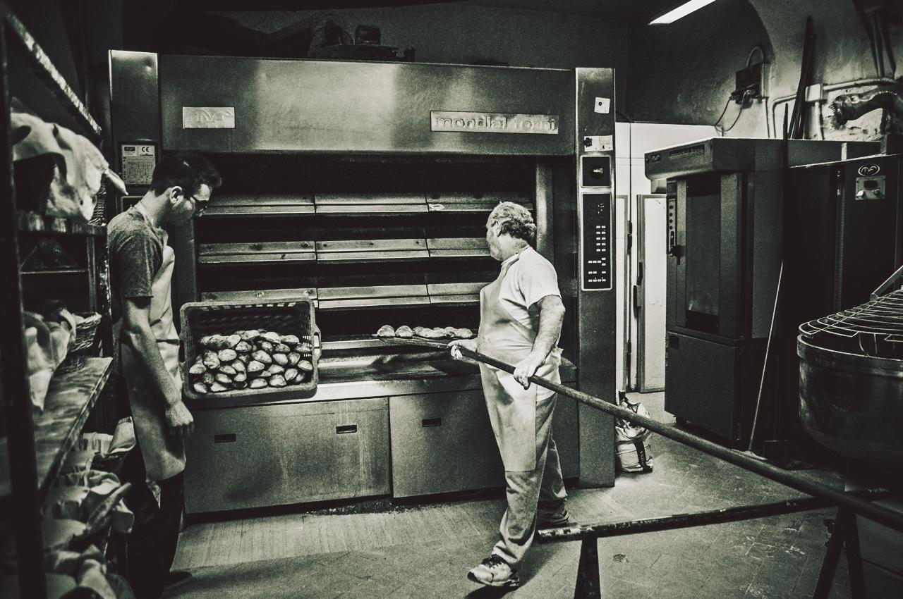 Ci siamo. Il pane è pronto. Prepariamo i cesti che verranno portati ai vari market del paese. Queste sono le baguette garganiche... molto diverse da quelle francesi. In questo pane c'è tutta la Puglia.